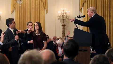 """白宫恢复""""怼总统""""记者通行证"""