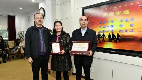 空军为上海市3名飞行员家庭颁发荣誉牌匾