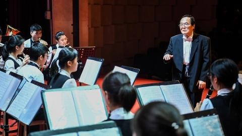 风雨无阻,这位老人和孩子们有场连续18年的音乐之约