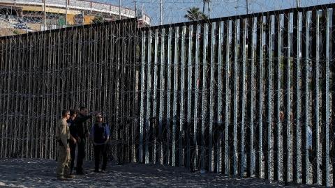 多个移民队在墨行进 美军获准在美墨边境开枪