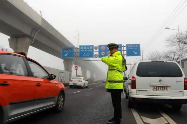 上海警方全力应对雾霾天气,三条高速采取限速封闭措施