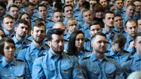 我们是德国警察,但是糟糕,我们不会说德语!