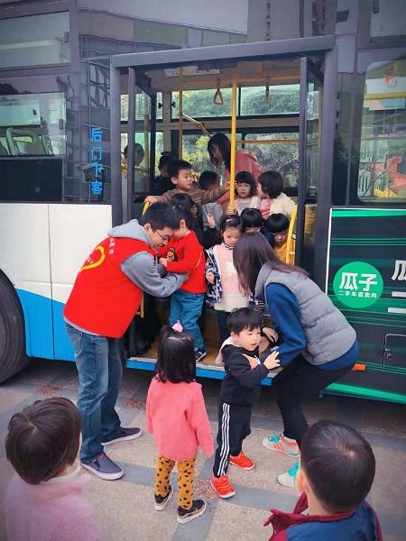 """幼儿园孩子走进786路 听""""公交爸爸""""讲故事"""