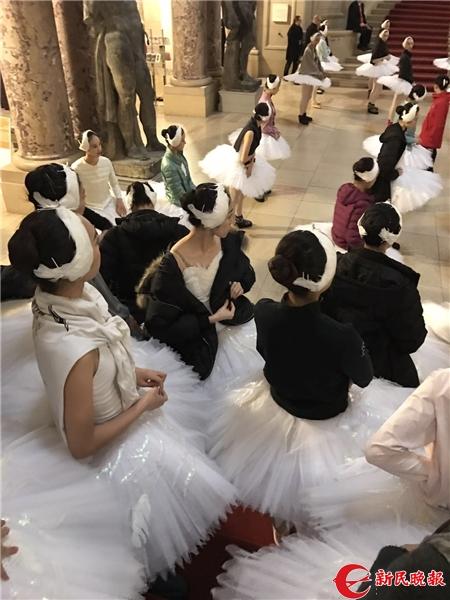"""历史悠久的柏德博物馆迎来一群""""小天鹅"""",穿着突突裙的她们仿佛从油画中走出来_副本.jpg"""