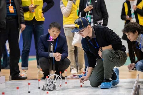 无碳小车灵敏避障 上海大学生工程训练综合能力赛创新比拼