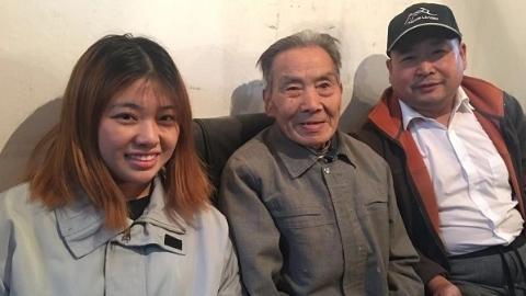 暖心!87岁老人茅连培为坠楼少女捐款1.2万元  前天一群的哥的姐来到他家
