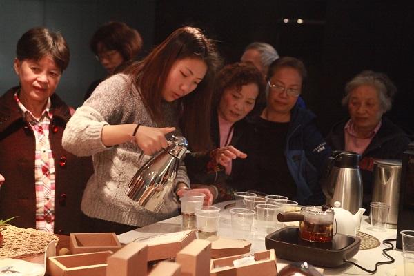 市民在等候体验养生茶.JPG