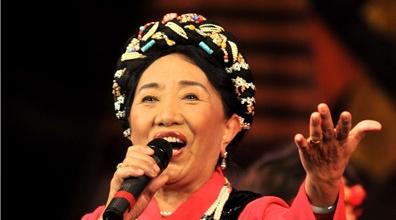 """她的手机铃声也是这首歌,81岁才旦卓玛昨晚在上海再一次""""唱支山歌给党听"""""""