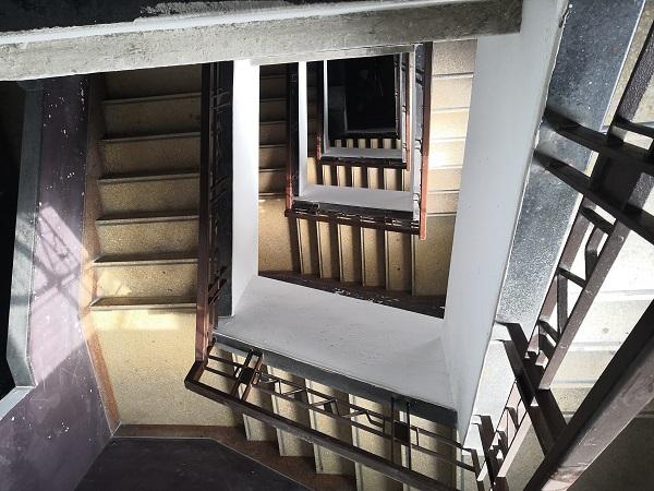 楼梯曲曲折折,老年居民爬楼费劲.jpg
