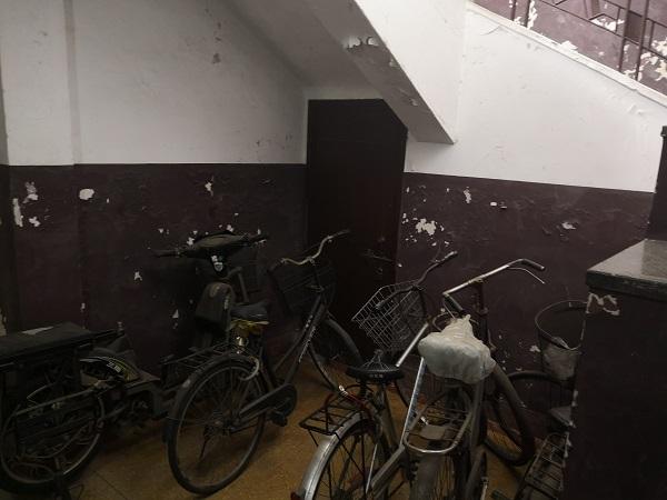 停放自行车的区域,居民们原本计划在此安装电梯.jpg
