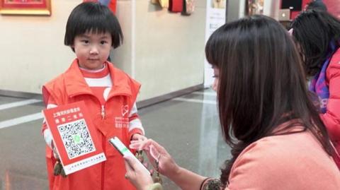 雪中三岁小义工参加宋庆龄基金会义卖活动