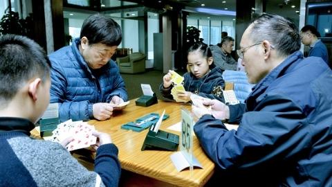 上海金融系统牵手爱菊小学 上演老少桥牌赛