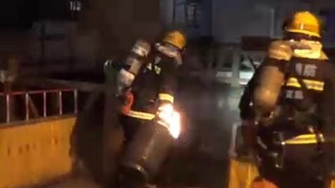 阀门口蹿着火苗!消防队员拎起液化气钢瓶狂奔100米扔入河中