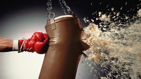 女子拳击笼内被教练勾倒受伤 健身公司赔偿近10万元