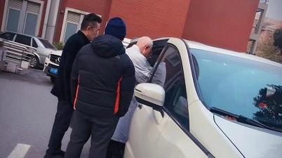 患者体虚无法上楼 老中医下楼车内问诊 这张寒冬里的暖心照片传遍医护朋友圈