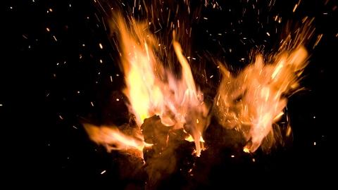 清涧路一小区起火 众人合力救出八旬阿婆