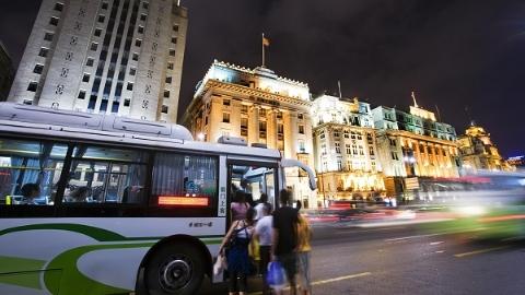 公交车上一乘客突然晕倒 司乘人员和乘客协力救助