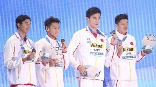 孙杨出场 沸腾全场 中国男子游泳接力队超世界纪录摘铜