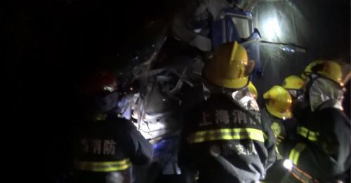 上海一卡车司机车祸被困 消防员奔赴现场迅速救援