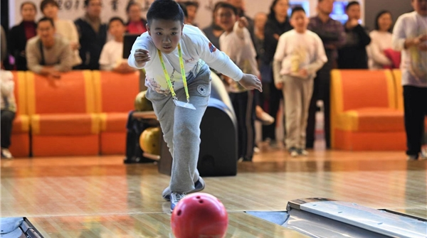 上海市首届中小学保龄球锦标赛今天开幕,100余名青少年选手参赛