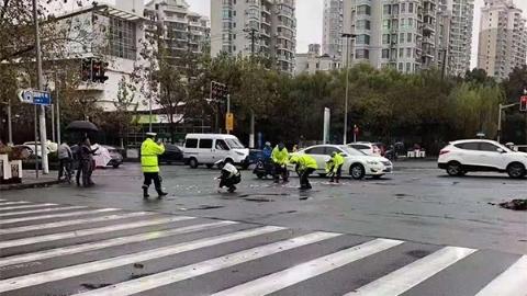 行驶中的电动车掉落现金3万元 普陀警方全城寻找失主
