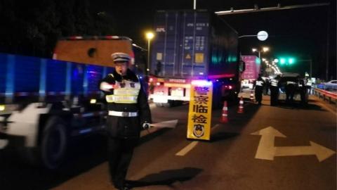 """浦东交警昨晚查处6名酒驾司机 为市民守护""""平安""""夜"""
