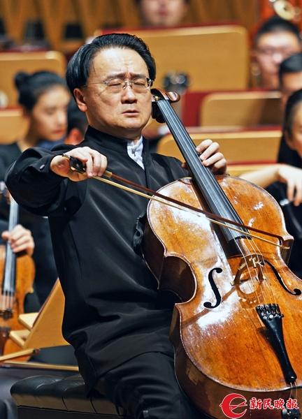 王健在演奏陈其钢的大提琴协奏曲《逝去的时光》-郭新洋_副本.jpg