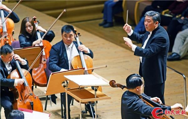 余隆在指挥上海交响乐团演奏-郭新洋.jpg