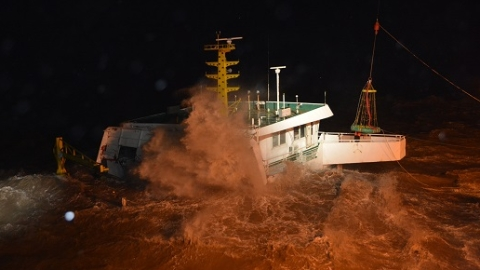 """寒潮来袭三船昨夜遇险 """"东海救117""""轮用救生吊篮接救5人"""