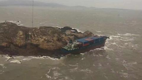 货船今天凌晨搁浅进水 东海救助局海空合作救出13人