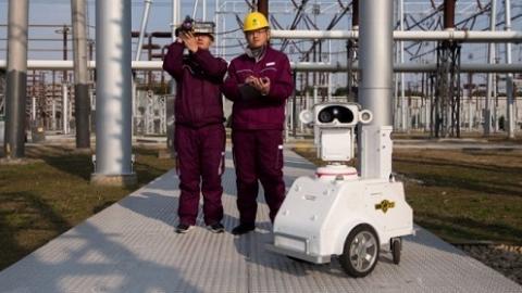 电力公司配备智能头盔、无人机、机器人 寒潮中为电网保驾护航