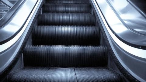 乘客携大型行李乘自动扶梯险被绊倒 幸亏有人扶一把