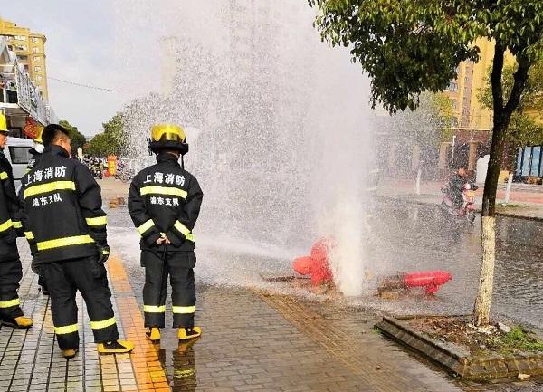 昨天下午祥跃路近严木桥路一消防栓被撞断 水柱一度超过5米