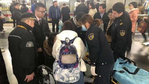【暖新闻】女乘客躺倒站台剧烈抽搐还失忆 轨交工作人员及时送医救治