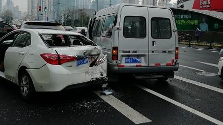 """中午长寿路昌化路3车追尾 轿车被前后""""夹击"""""""