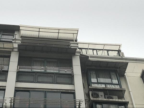 """阳光房的玻璃顶仅用几根钢条""""支撑"""" (1).jpg"""