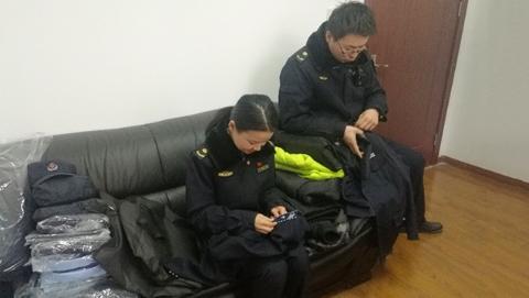 暖心!松江城管队员捐赠旧制服 助四川凉山孩子御寒过冬