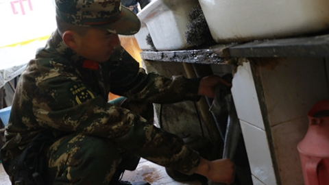 """防冻保暖给水管""""添衣"""" 武警官兵为驻地居民做好服务"""