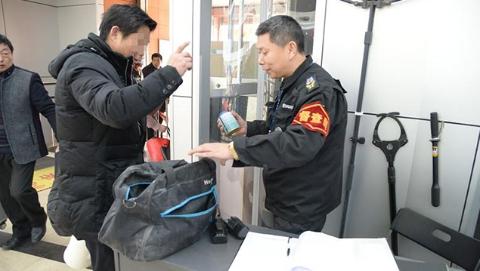 加强烟花爆竹管控 徐汇警方突击暗访上海南站