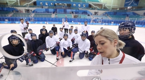 直击:朝韩女子冰球联队冬奥会首秀 现场观众热情助威