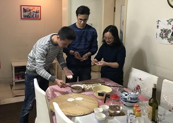 图说:留学生在老师家中感悟中国年 来源:上海工程技术大学.jpg