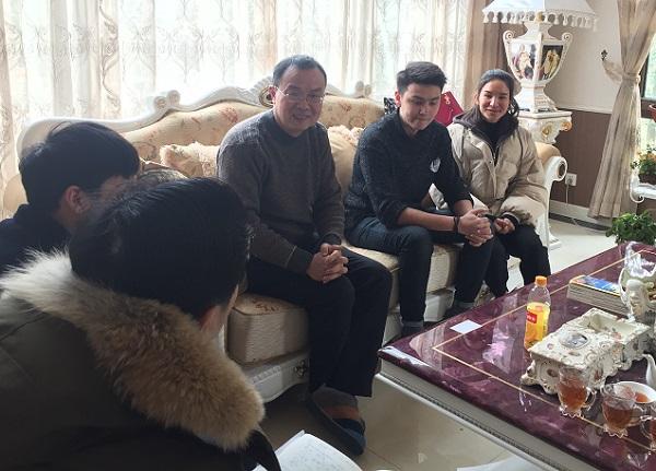 图说:少数民族学生在老师家中话家常 来源:上海工程技术大学.jpg