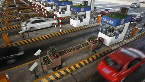 春节期间交警在高速出入口设置设立9个事故快处点