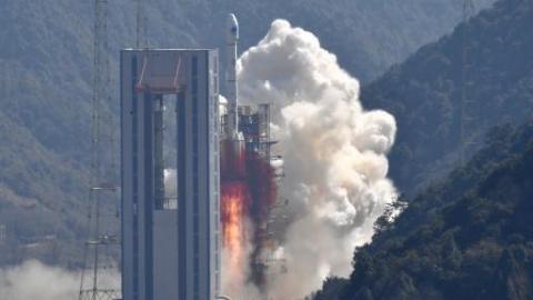 """长征三号甲系列火箭与北斗卫星家族第27次""""牵手"""",发射圆满成功"""