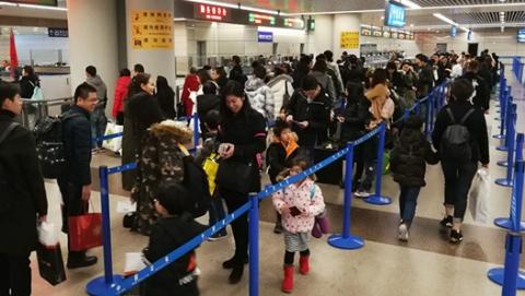 浦东机场口岸迎来出入境客流持续高峰