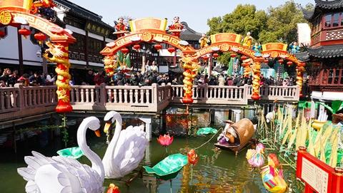 爱申活 爱心春   春节期间3万民警40万志愿者上街保平安  迪士尼、豫园将迎大客流