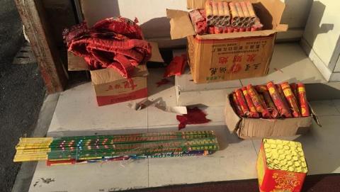 烟杂店藏匿五箱烟花爆竹 还未卖掉就被松江警方查处