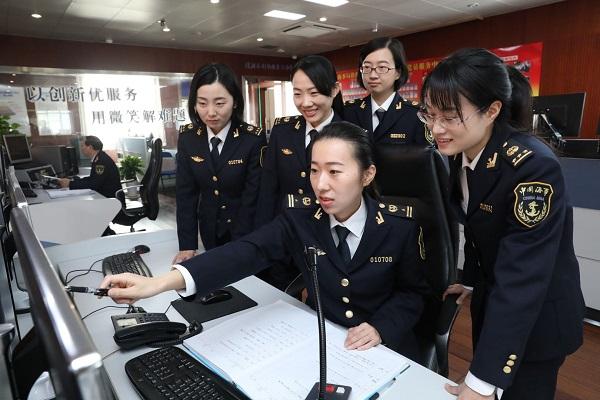 吴淞海事局工作人员对长江口深水航道交会的国际邮轮重点监控.jpg