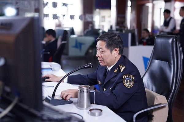 吴淞海事局工作人员对长江口深水航道交会的国际邮轮重点监控2.jpg