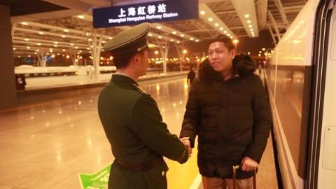 """武警上海总队""""春运老兵""""被""""命令""""回家过年"""
